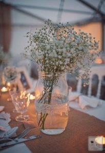 petits pots enrubannés d'une jolie dentelle avec petits bouquets de gypsophile blanc.